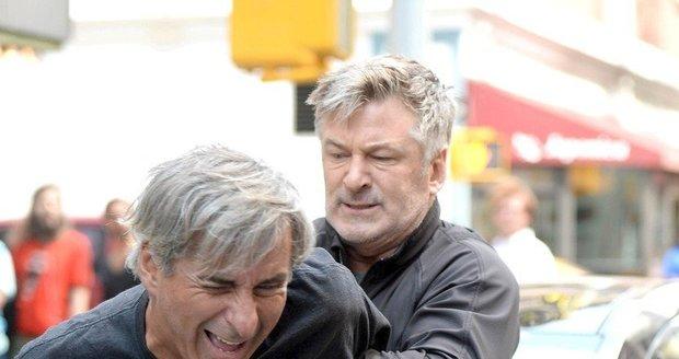 Alec Baldwin nejde pro pěsti daleko - na snímku při strkanici s reportérem.