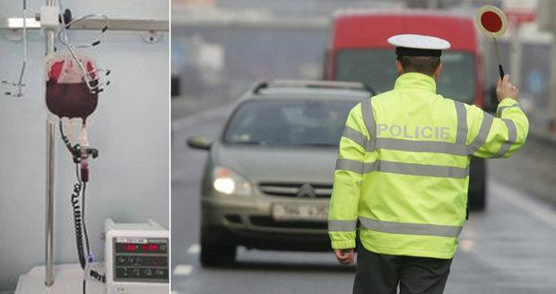 Těžce nemocného policistu chtějí zachránit jeho kolegové. Hledají mu vhodného dárce