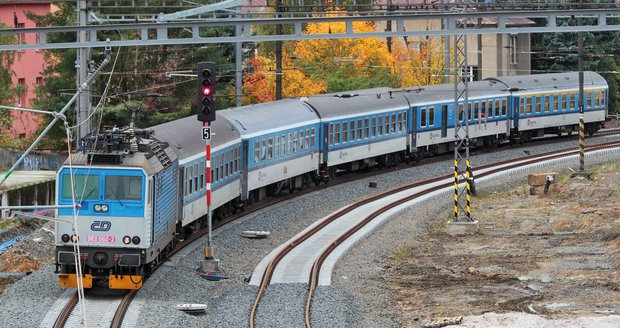 Muž (†35) vyskočil za jízdy z rychlíku! Ve vlaku měl okrádat cestující