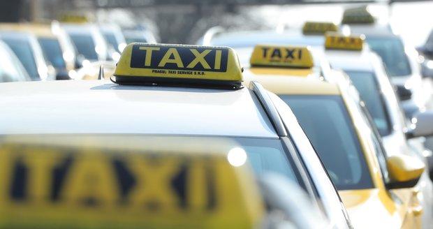 Pražští taxikáři proti společnosti Uber několikrát demonstrovali.