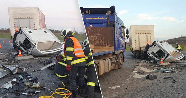 Za smrt čtyř lidí u Drhovle může kamioňák? Při odbočování rozmašíroval osobák, hrozí mu 6 let