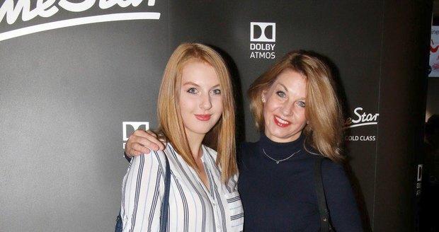 Sabina Laurinová s dcerou Valentýnou v kině.