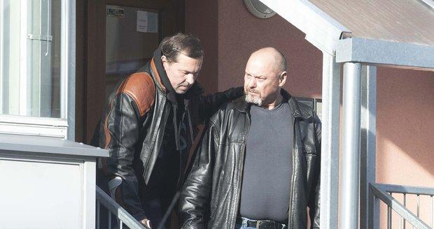 Jiří Pomeje míří s kamarádem Pavlem Páskem a svým otcem Jiřím Pomejem starším na vyšetření.