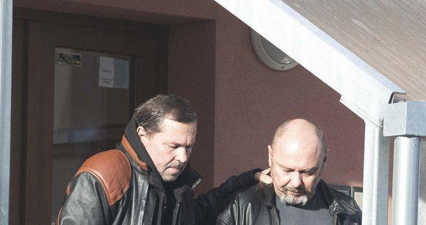 Jiří Pomeje s kamarádem Pavlem Páskem a svým otcem Jiřím Pomeje na cestě do nemocnice