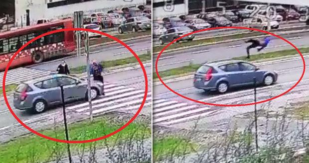 Šokující záběry: Řidič nedával pozor a v plné rychlosti srazil chodce na přechodu!