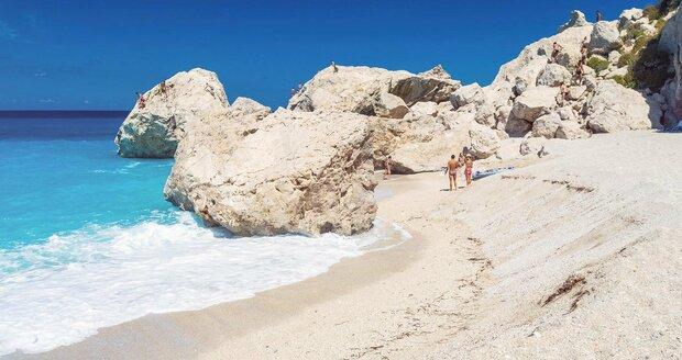 Kathisma - Kilometrová pláž v blízkosti Agios Nikitas. Najdete zde i tavernu, půjčit se tu lze lehátka a slunečníky. Dojít lze po pobřeží na pláž Milos.