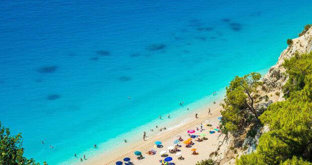 Egremni - Střídají se zde písečné a oblázkové oblasti. Na první pohled zaujme mořská modř kontrastující s bílými vápencovými skálami.