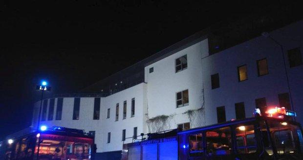 V Národním ústavu pro duševní zdraví hoří. Policisté evakuovali asi 50 lidí.