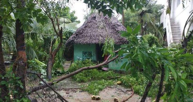 Dívku (†14) kvůli menstruaci vyhnali z domova spát do chatrče. Zabila ji bouře