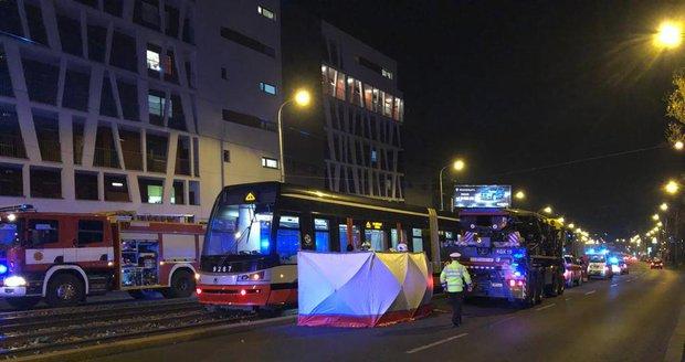 Ve Švehlově ulici došlo v úterý večer k tragickému úmrtí. Asi 45letý muž nepřežil srážku s tramvají.