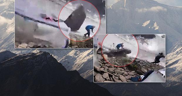 """Děsivé video: Horolezci jen o vlásek unikli smrti, málem je """"sejmul"""" letící balvan"""