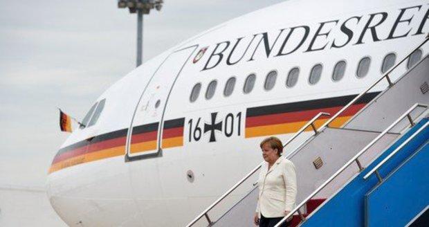 """Merkelovou už zase """"vypeklo"""" letadlo. Na cestu ze summitu si musela počkat"""