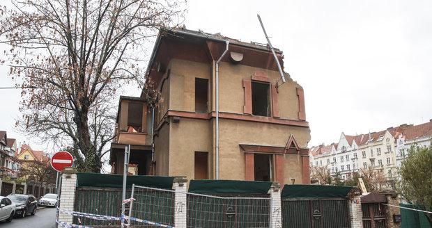 Takto v současné době vypadá vila, kterou navrhoval František Albert Libra v ulici Na Šafránce. Co naplat, že se nachází v památkově chráněné lokalitě.
