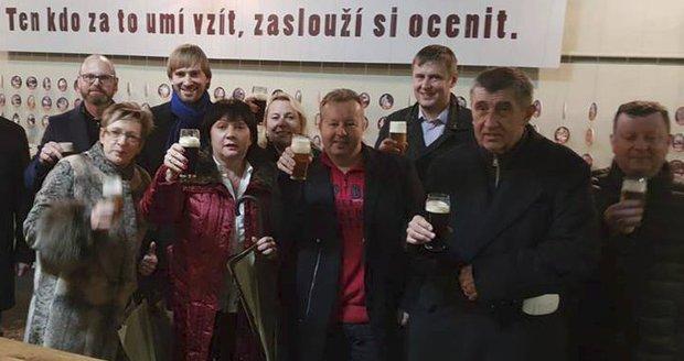"""Babiš vyvezl vládu na """"teambuilding"""": Večeře v pivovaru, noc na zámku"""