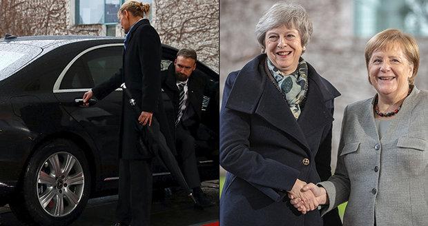 Mayová se před Merkelovou zamkla v limuzíně. Ochranka marně lomcovala dveřmi