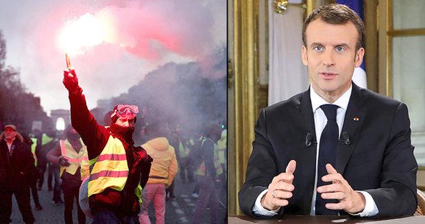 """Macronovy sliby nepomohly. """"Žluté vesty"""" dál blokují francouzské ulice"""