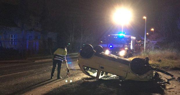 Ve Štěrboholech převrátil auto na střechu. Opilý řidič z místa nehody daleko neutekl