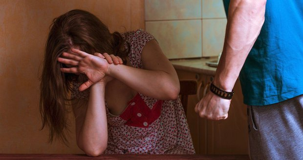 Muž týral psychicky i fyzicky svou manželku a dvě nezletilé dcery.