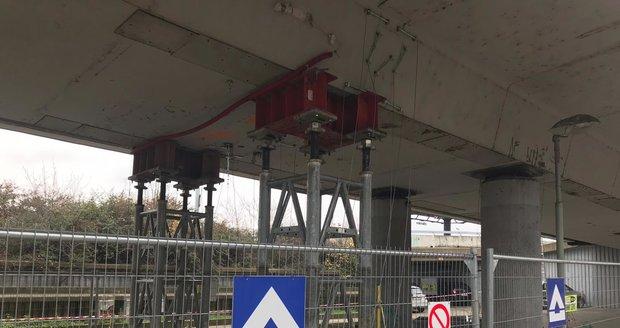 Most v Bubenské ulici už podpírají! Tramvaje na Vltavskou pod ním neprojedou