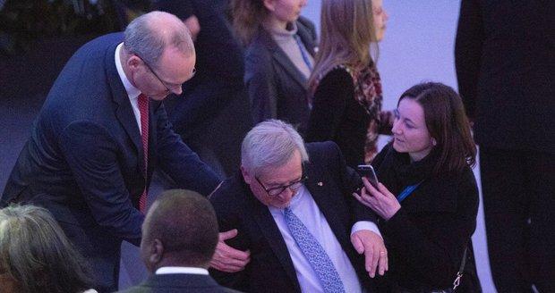 Vrávorajícího Junckera zachránili asistenti. Ve Vídni ho prý trápil houser