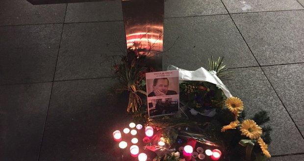 Stovky lidí uctívají průvodem na Hrad vzpomínku na Václava Havla, který zemřel přesně před 7 lety.