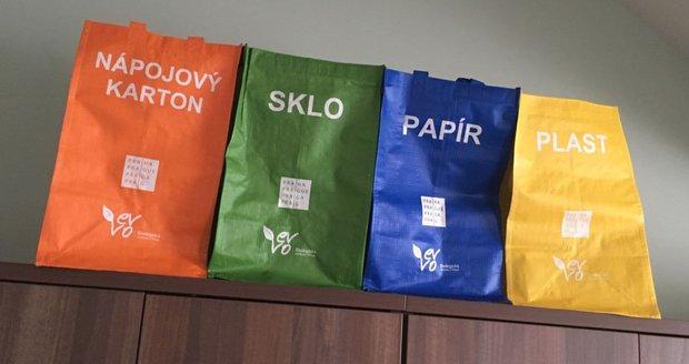 V Běchovicích rozdávají domácnostem speciální tašky na tříděný odpad.