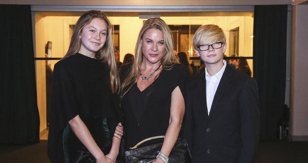 Dcera Karla Svobody Jana Svobodová se svými dětmi.