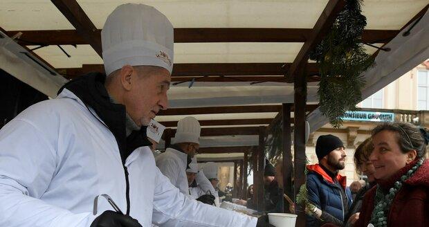 Na Staroměstském náměstí se rozlévala rybí polévka i na Štědrý den.