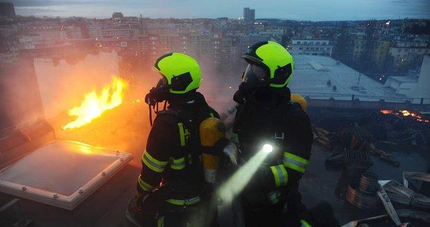 Perné Vánoce pražských hasičů: Přes svátky vyjížděli 60krát, při požáru stromečku zemřela žena