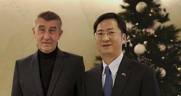 """Babiš to schytal za """"žehlení"""" u Číňanů: Servilní a nezodpovědné, hřímá opozice"""