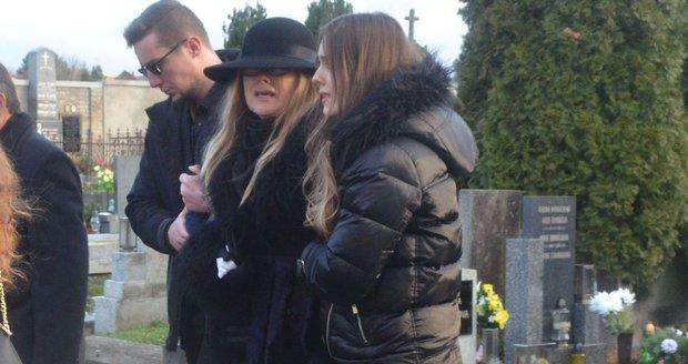 Pohřeb herce Aleše Kubáta: Maminku zesnulého museli podpírat