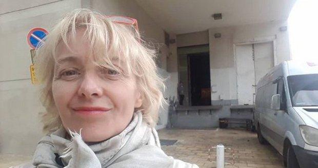 Veronika Žilková se nenalíčená fotí často. Zde u Národního divadla v Tel-Avivu