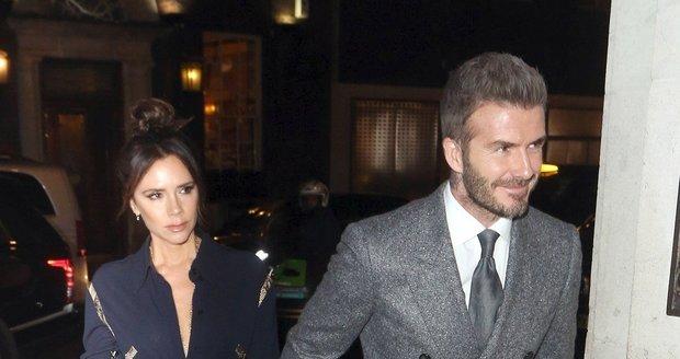 Victoria Beckham vypadala vedle rozzářeného Davida velmi nešťastně.