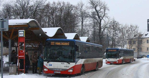 Sněhová spoušť ochromila dopravu na Praze-východ. Autobusy mají velká zpoždění, některé nevyjely