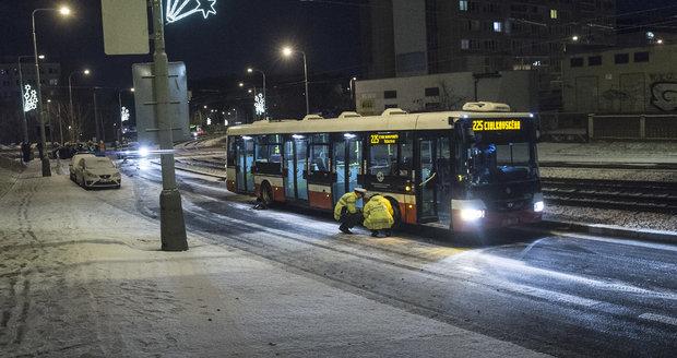 Autobusy v Praze mají kvůli sněhu problémy (ilustrační foto).