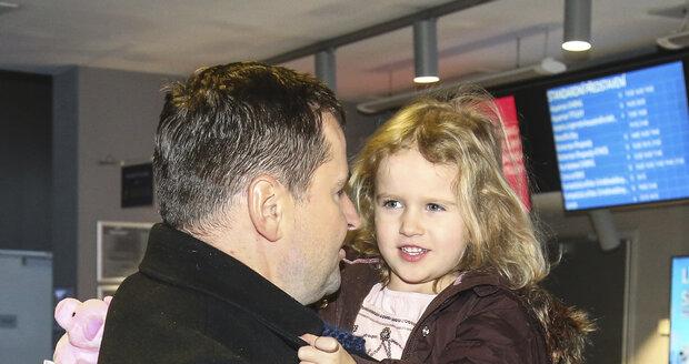 Robert Záruba s mladší dcerou Mariánkou.