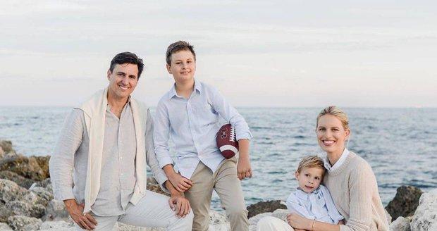 Topmodelka Karolina Kurková s manželem a syny