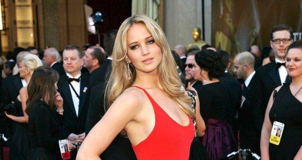 Jennifer Lawrence, 2011, na rudých šatech od Calvina Kleina ulpělo mnoho pohledů