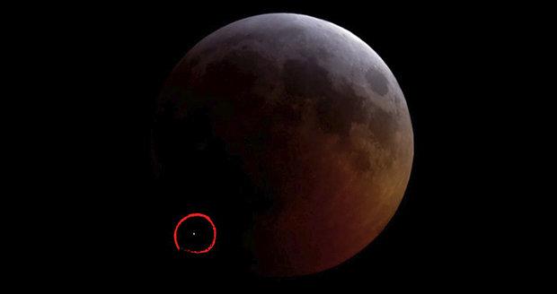 """Během zatmění narazil do Měsíce asteroid. """"Jsem šťastný,"""" raduje se astronom"""