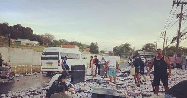 Z kamionu se vysypalo 80 tisíc plechovek piva. Lidé šíleli, odnášeli je po kartonech