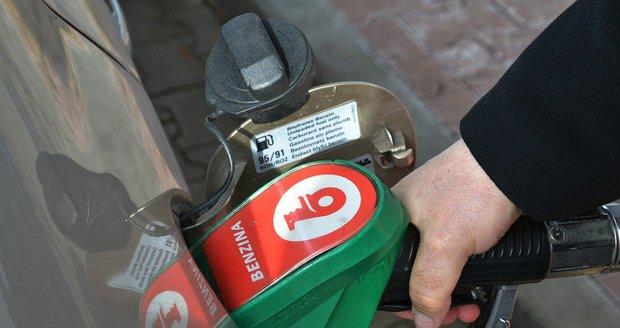 Ceny benzinu i nafty letí nahoru. Nejvíc si šoféři připlatí v Praze, ušetří na východě Čech