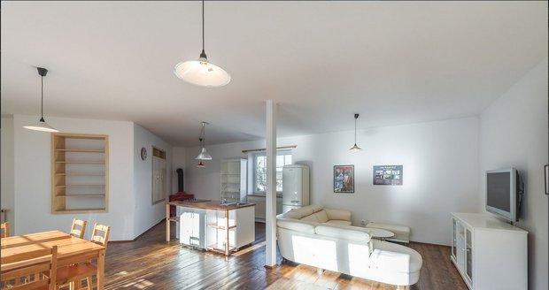 V přízemí je obývací pokoj s plně vybavenou kuchyní.