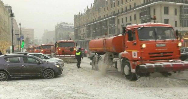 Sněhové závěje, nehody a zrušené lety: Ochromená Moskva dál bojuje s kalamitou
