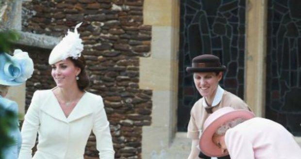 Její výbornou práci oceňuje i královna (zcela vpravo).