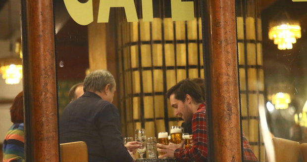 Viktor Preiss si vyrazil na pivo s hereckými kolegy Lenkou Zahradnickou a Karlem Heřmánkem mladším.