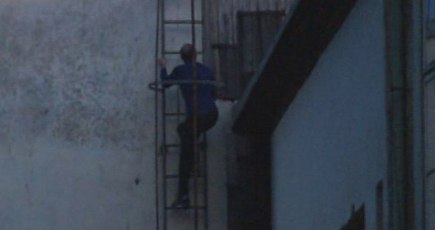 Učitel prodával drogy studentům, policii utekl přes střechu: Po roce ho dopadli!
