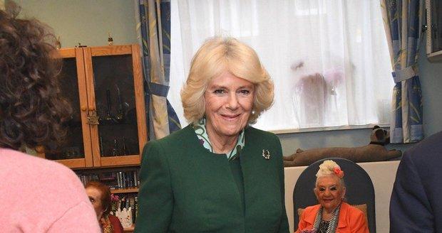 Vévodkyně Camilla vynesla stejnou kabelku jen pár dnů po Meghan.