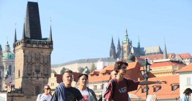 Praha každoročně čelí velkému náporu turistů z celého světa. (ilustrační foto)