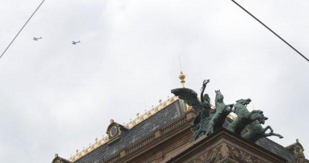 Nad Národním divadlem třikrát přelétly dva letouny.