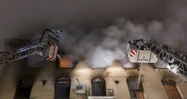 Při požáru bytovky zemřelo sedm lidí včetně dítěte. Další v Moskvě bojují o život